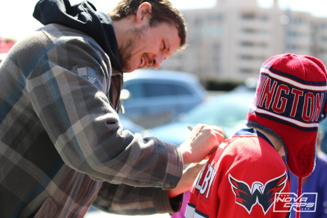 jay-beagle-caps-ractice-signing-autographs-jpg